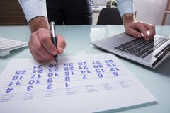Businessperson Marking With Pen On Calendar royalty-vrije stock afbeelding