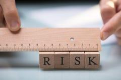 Businessperson Measuring Risk Blocks met Heerser royalty-vrije stock fotografie