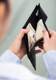 Businessperson med den öppna plånboken Arkivbilder