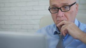 Businessperson In Office Work die Laptop met behulp van maakt Financiële Berekeningen stock afbeeldingen