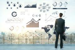 Businessperson op dak met bedrijfsschets Royalty-vrije Stock Afbeelding