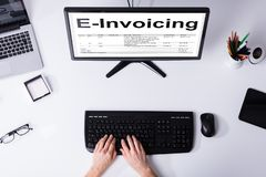 Businessperson Preparing e-Facturerend Bill On Computer royalty-vrije stock afbeeldingen