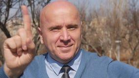 Businessperson Presentation Pointing met Vingerglimlach en maakt Geen Hand ondertekenen stock videobeelden