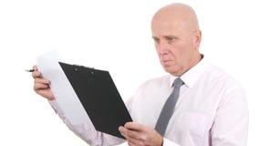 Businessperson Read och att jämföra dokument från en skrivplatta stock video