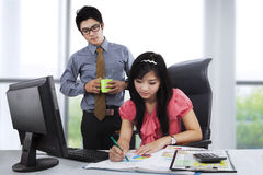 Businessperson see his employee working Royalty Free Stock Photos