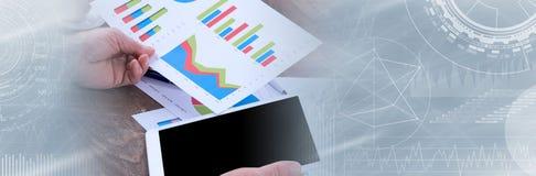 Businessperson som analyserar finansiella diagram panorama- baner arkivbilder