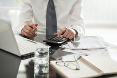 Businessperson som i regeringsställning arbetar arkivbild