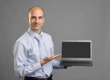 Businessperson som visar en bärbar dator med den tomma skärmen arkivfoton