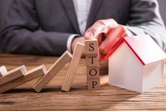 Businessperson Stopping Wooden Dominos van het Vallen royalty-vrije stock foto's