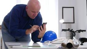 Businessperson in Techniekzaal Tekst die de Mededeling van Internet van de Celtelefoon gebruiken stock videobeelden