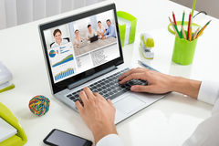 Businessperson Videoconferencing With Colleagues op Laptop royalty-vrije stock foto