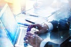 Businesspersonen förband i regeringsställning på internetnätverk med en bärbar dator Begrepp av partnerskap och teamwork Arkivbild