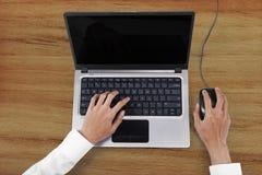Businesspersonen räcker arbete med bärbara datorn Arkivfoton