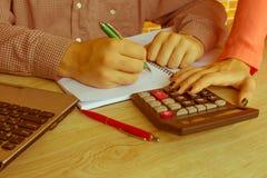 Businesspersons анализируя отчет, концепцию эффективности бизнеса Стоковая Фотография