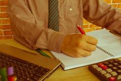 Businesspersons анализируя отчет, концепцию эффективности бизнеса Стоковые Изображения RF