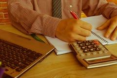 Businesspersons анализируя отчет, концепцию эффективности бизнеса Стоковое Изображение RF