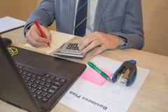 Businesspersons анализируя отчет, концепцию эффективности бизнеса Корпоративный бизнесмен работая на столе офиса, он использует c Стоковые Фотографии RF