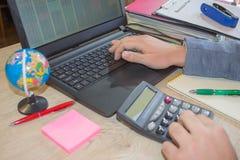 Businesspersons анализируя отчет, концепцию эффективности бизнеса Корпоративный бизнесмен работая на столе офиса, он использует c Стоковое Изображение