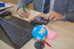 Businesspersons анализируя отчет, концепцию эффективности бизнеса Корпоративный бизнесмен работая на столе офиса, он использует c Стоковая Фотография RF