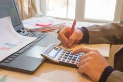 Businesspersons анализируя отчет, концепцию эффективности бизнеса Корпоративный бизнесмен работая на столе офиса, он использует c Стоковое Изображение RF