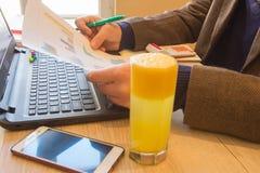 Businesspersons анализируя отчет, концепцию эффективности бизнеса Корпоративный бизнесмен работая на столе офиса, он использует c Стоковое фото RF