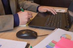 Businesspersons анализируя отчет, концепцию эффективности бизнеса Корпоративный бизнесмен работая на столе офиса, он использует c Стоковые Изображения