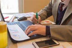 Businesspersons анализируя отчет, концепцию эффективности бизнеса Корпоративный бизнесмен работая на столе офиса, он использует c Стоковая Фотография