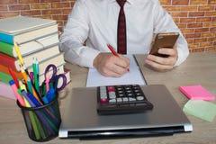 Businesspersons анализируя отчет, концепцию эффективности бизнеса Стоковые Фотографии RF