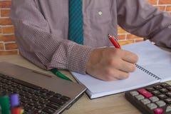 Businesspersons анализируя отчет, концепцию эффективности бизнеса Стоковое фото RF