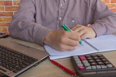 Businesspersons анализируя отчет, концепцию эффективности бизнеса Стоковое Изображение