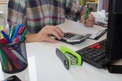 Businesspersons анализируя отчет, концепцию эффективности бизнеса Стоковые Фото