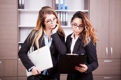 2 businesspersons в офисе Стоковое Фото