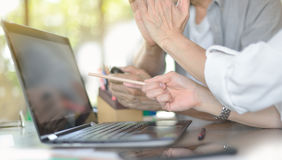 Businesspersons работая в офисе Стоковое Фото
