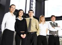 businesspersons 5 гребут стоящих детенышей Стоковая Фотография RF