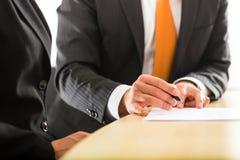 Businesspersons no escritório para negócios imagens de stock royalty free