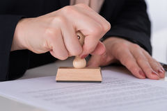 BusinesspersonUsing Stamper On dokument royaltyfri fotografi