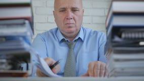 BusinesspersonWork With Accounting legitimationshandlingar i företagskontorsrum arkivfoto