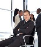 Businesss Mann im Büro, das auf Stuhl sitzt lizenzfreies stockfoto