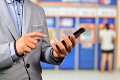 Businesssman gebruikend Mobiele Bankwezentoepassing op Smartphone Stock Fotografie
