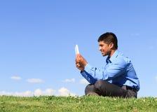 Businesssman met digitale tablet stock fotografie
