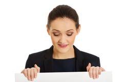 Businessswoman που κρατά το κενό έμβλημα Στοκ Εικόνες