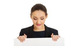 Businessswoman, das leere Fahne hält Lizenzfreie Stockfotos