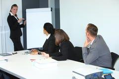 Businessswoman som ger en presentation royaltyfri bild