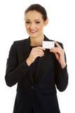 Businessswoman som rymmer det tomma kortet Royaltyfri Foto