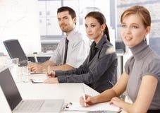 businessteam听的介绍年轻人 免版税库存图片