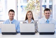 businessteam愉快单个膝上型计算机工作 库存图片