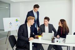 Businessteam που λειτουργεί στο γραφείο ένα σύγχρονο γραφείο Επιχείρηση κατάρτισης Στοκ Εικόνα