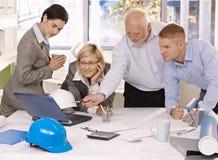 businessteam обсуждая работу компьтер-книжки Стоковая Фотография RF