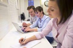 Businessteam работая на компьтер-книжке в офисе Стоковое Фото