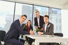 Businessteam работая на столе современный офис Дело тренировки Стоковое фото RF